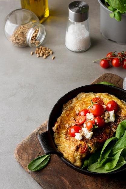 Omelett mit käse und tomaten Kostenlose Fotos