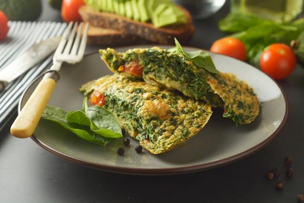 Omlette mit spinatblättern gesundes omelett zum abnehmen Premium Fotos