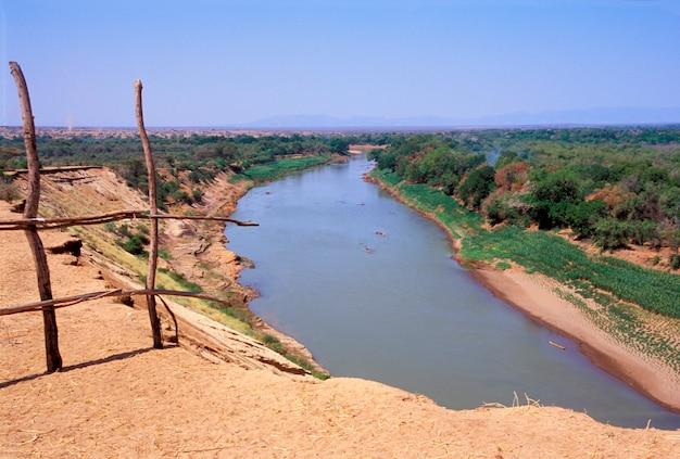 Omo river gesehen von einem karo-dorf in äthiopien Premium Fotos