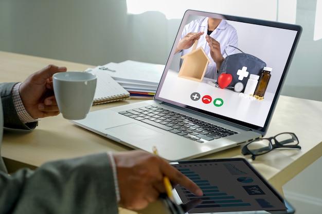 Online-beratung telemedizin zu medizinmann stayhome videoanruf mit ihrem arzt gesundheitswesen coronavirus Premium Fotos