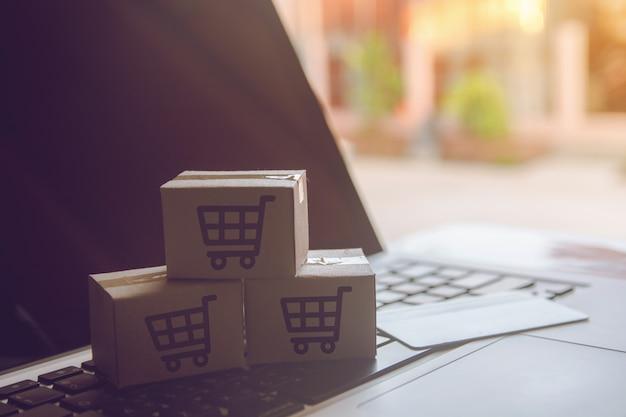 Online einkaufen einkaufen im online-web. bei bezahlung mit kreditkarte auf dem laptop Premium Fotos