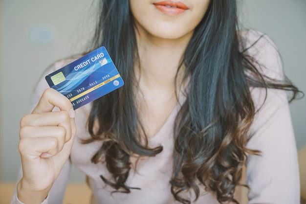 Online einkaufen. kunden, die online einkaufen, zahlen mit kreditkarte Premium Fotos