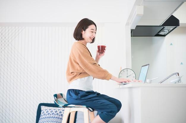 Online-kommunikation mit einem laptop zu hause Premium Fotos