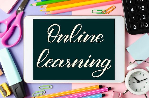 Online-lernen - handschriftliche inschrift auf einem tablet Premium Fotos