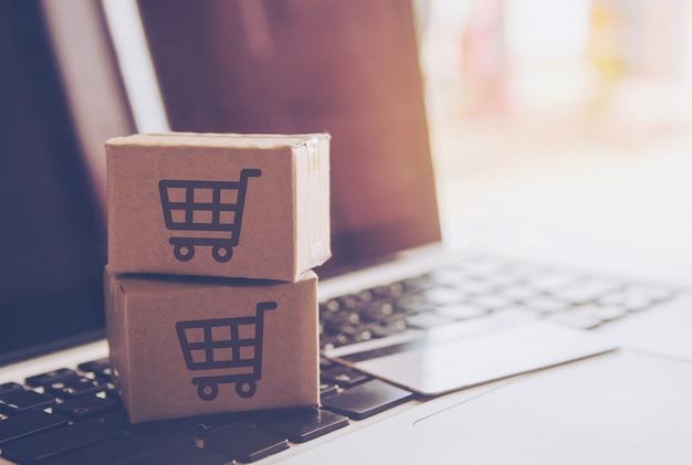 Online-shopping-konzept - einkaufsservice im online-web. bei zahlung mit kreditkarte. Premium Fotos