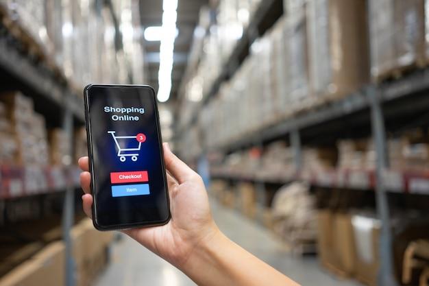 Online-shopping mit smartphone und einkaufstaschen lieferservice Premium Fotos