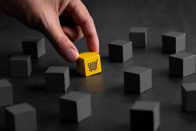 Online-shopping-symbol auf buntem puzzle-würfel Premium Fotos