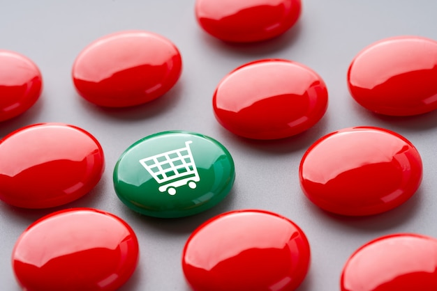 Online-shopping-symbol auf bunten puzzle-würfel Premium Fotos