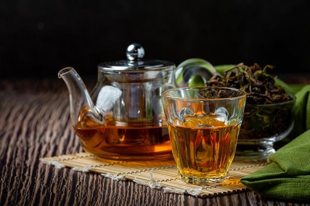 Oolong grüner tee in einer teekanne und einer schüssel. Kostenlose Fotos