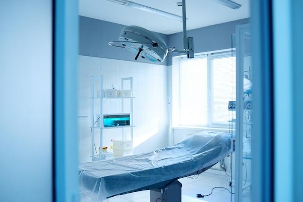 Operationssaal und chirurgische lampe in einer modernen klinik Premium Fotos
