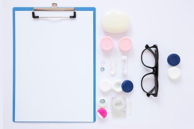 Optikgegenstände nahe bei klemmbrettmodell Kostenlose Fotos