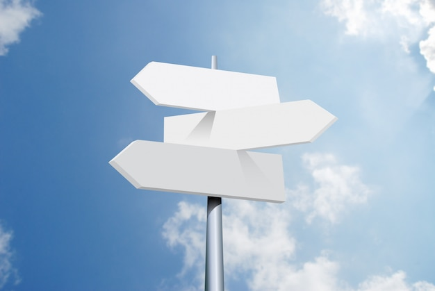 Optionen für reiseziele richtungsverkehrsschild mit pfeilen auf himmel und wolken Premium Fotos