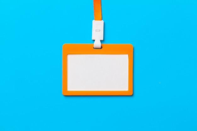 Orange ausweis mit kopienraum auf blauem papier Premium Fotos