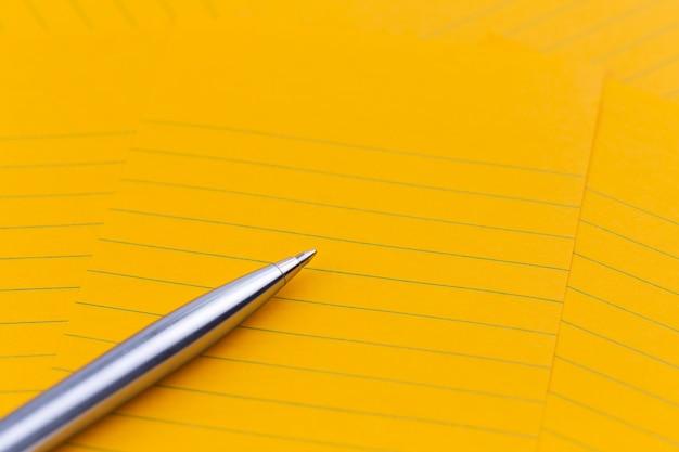 Orange blatt papier, stift und leerer platz für ihren text Premium Fotos