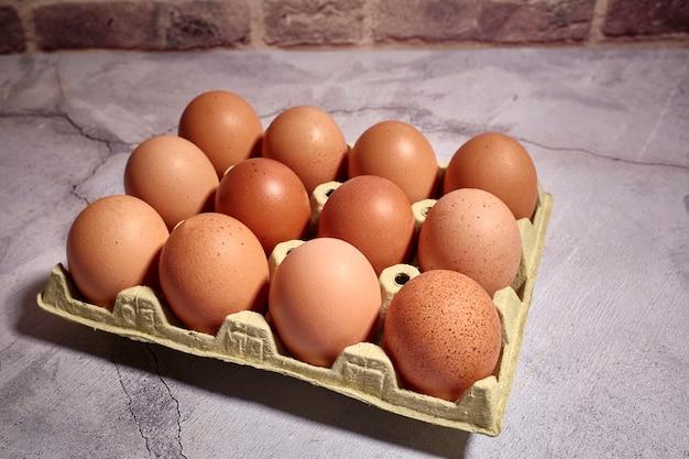 Orange eier des bauernhofhuhns Premium Fotos