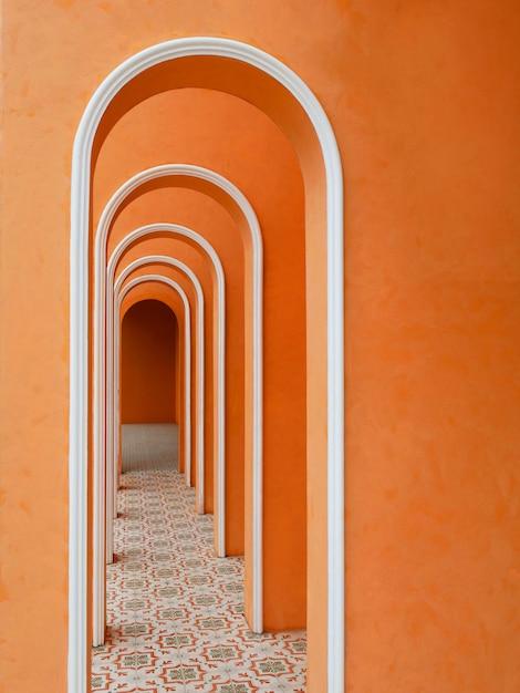 Orange farbe des korridors der architekturbögen mit leerer wand und arabischem fliesenmuster. Premium Fotos