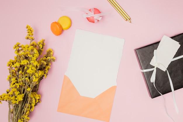 Orange geburtstagseinladungsmodell nahe bei geburtstagseinzelteilen Kostenlose Fotos