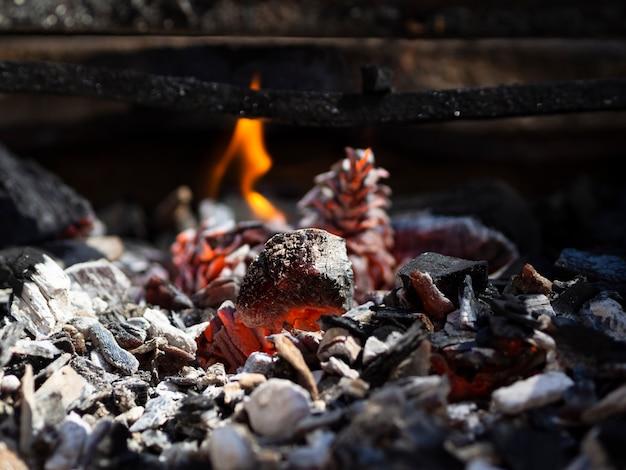 Orange glühende kohlen und niedrige flamme im grill Premium Fotos
