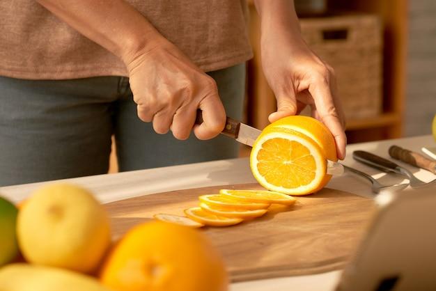 Orange in scheiben schneiden Kostenlose Fotos