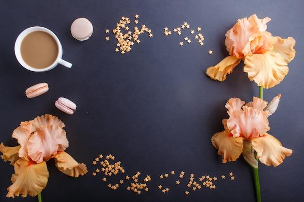 Orange irisblumen und ein tasse kaffee auf schwarzem Premium Fotos