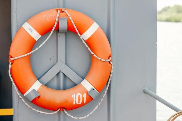 Orange rettungsring auf dem schiff Premium Fotos