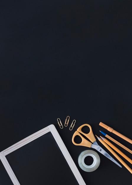 Orange schreibgeräte mit tafel Kostenlose Fotos