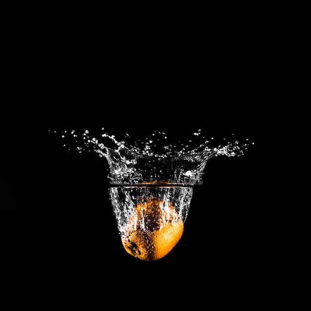 Orange taucht ins wasser Kostenlose Fotos