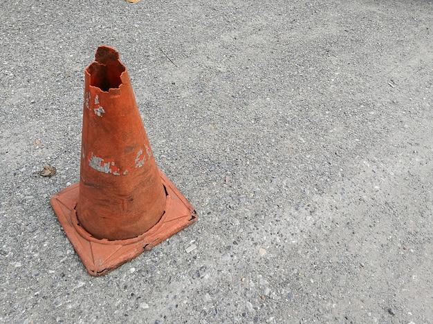 Orange verkehrskegel auf asphaltstraße mit dem weißen pfeil, zum sich nach links zu biegen. Premium Fotos