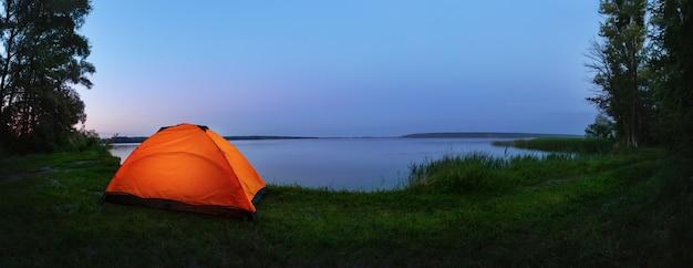 Orange zelt am see Premium Fotos