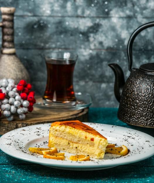 Orangen-sandwich-kuchen mit orangenscheiben garniert Kostenlose Fotos