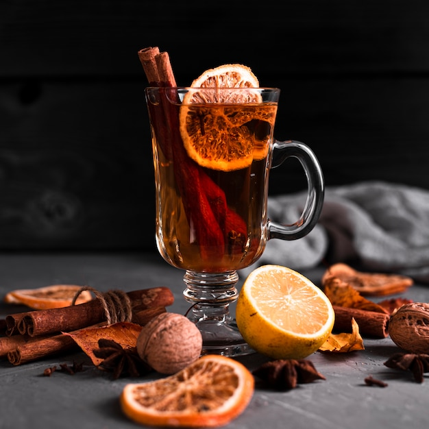 Orangen- und zimttee mit schwarzem hintergrund Kostenlose Fotos