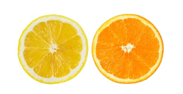 Orangen und zitrone auf weiße wand schneiden Premium Fotos
