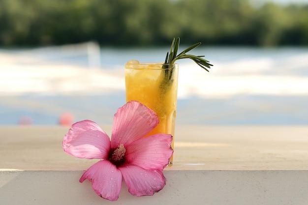 Orangencocktail in einem glas. mit blumendekor Premium Fotos