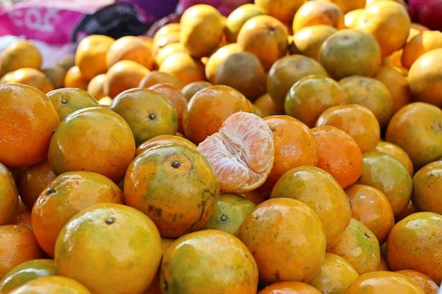 Orangenfrucht am straßenlebensmittel Premium Fotos