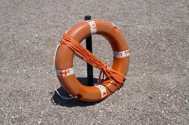 Orangenjacken mit seil, um schwimmer zu retten Premium Fotos