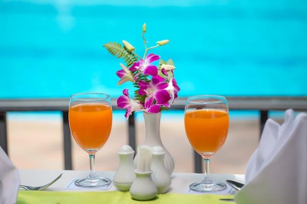 Orangensaft frisch für getränk am swimmingpool Premium Fotos