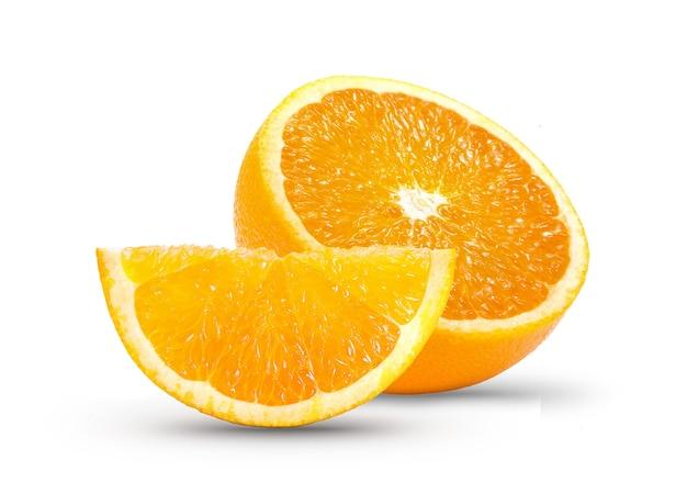 Orangenscheibe auf weißer wand Premium Fotos