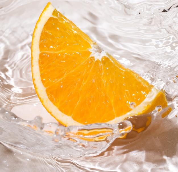 Orangenscheibe im wasser Kostenlose Fotos