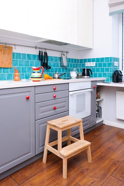 Orangenscheiben in einer modernen küche im skandinavischen stil Premium Fotos
