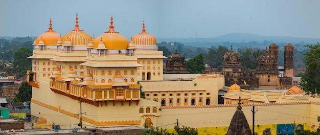 Orchha-stadtbild, kitschgelber ram raja-tempel. auch buchstabierte orcha, berühmtes reiseziel in madhya pradesh, indien. Premium Fotos