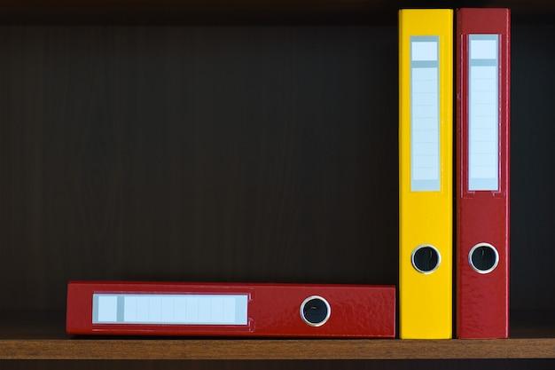 Ordner für dokumente im schrank im regal im büro, dateien, textfreiraum, büromaterial Premium Fotos