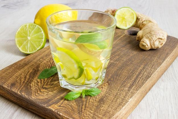 Organischer ingwer ale soda in einem glas mit zitrone und kalk Premium Fotos