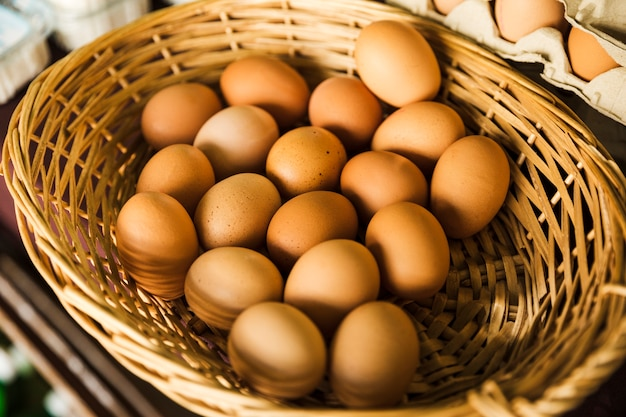 Organisches braunes ei im weidenkorb am supermarkt Kostenlose Fotos