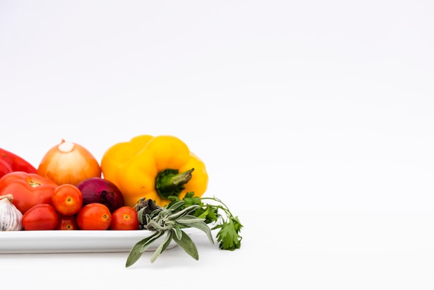 Organisches frischgemüse im behälter lokalisiert auf weißem hintergrund Kostenlose Fotos