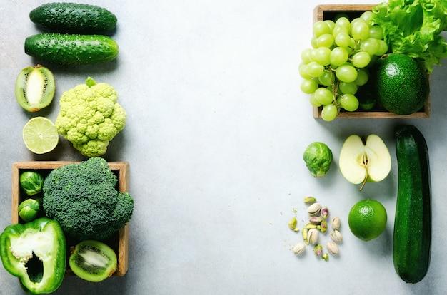 Organisches grünes gemüse und früchte auf grau. Premium Fotos