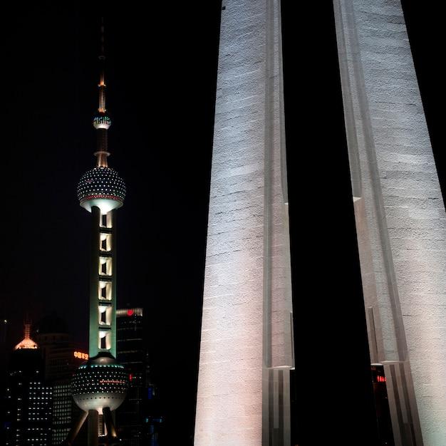 Oriental pearl tower und monument zu den helden der leute, der bund, shanghai, china Premium Fotos