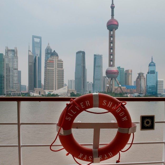 Oriental pearl tower und stadt skyline, huangpu river, pudong, shanghai, china Premium Fotos
