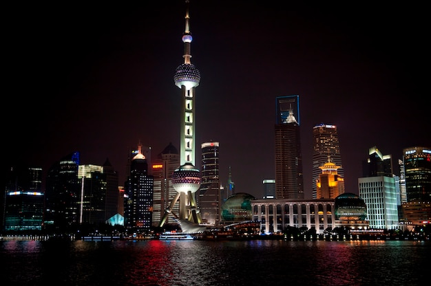 Oriental pearl tower und stadt skyline, huangpu river, pudong, shanghai, china Premium Fotos