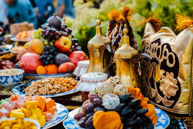 Orientalische süßigkeiten auf dem feiertagstisch. Premium Fotos