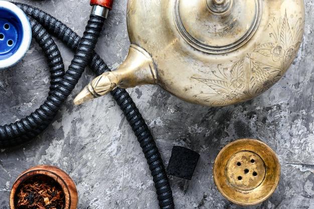 Orientalische wasserpfeife mit tee Premium Fotos